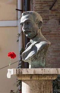 pietro gori statue rosignano picture