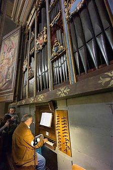 playing vinvenzo colonna organ picture
